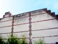 Стена здания до применения чистящего средства
